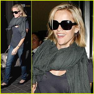Reese Witherspoon ariving in LAX sporting her oversized shades