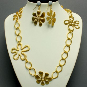 matte gold flower detail necklace-$39